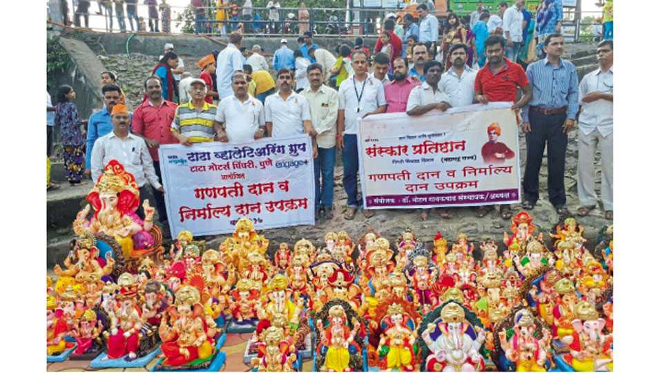 पवनाघाट, चिंचवड - नदी प्रदूषण टाळण्यासाठी मूर्ती दान उपक्रमात भाविकांनी दान केलेल्या मूर्ती.