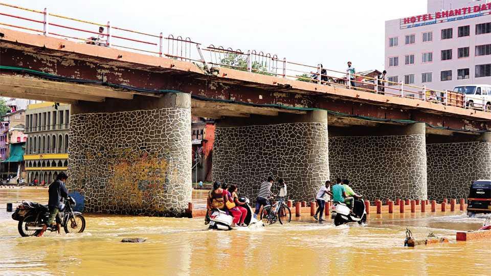 गाडगे महाराज पूल - गोदावरीचा पूर ओसरल्याने मंगळवारी सांडव्यावरून सुरू झालेली वाहतूक.