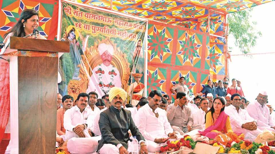 गहिनीनाथगड (ता. पाटोदे, जि. बीड) - संत वामनभाऊ महाराज यांच्या पुण्यतिथी सोहळ्यानिमित्त शुक्रवारी आयोजित कार्यक्रमात बोलताना ग्रामविकासमंत्री पंकजा मुंडे.