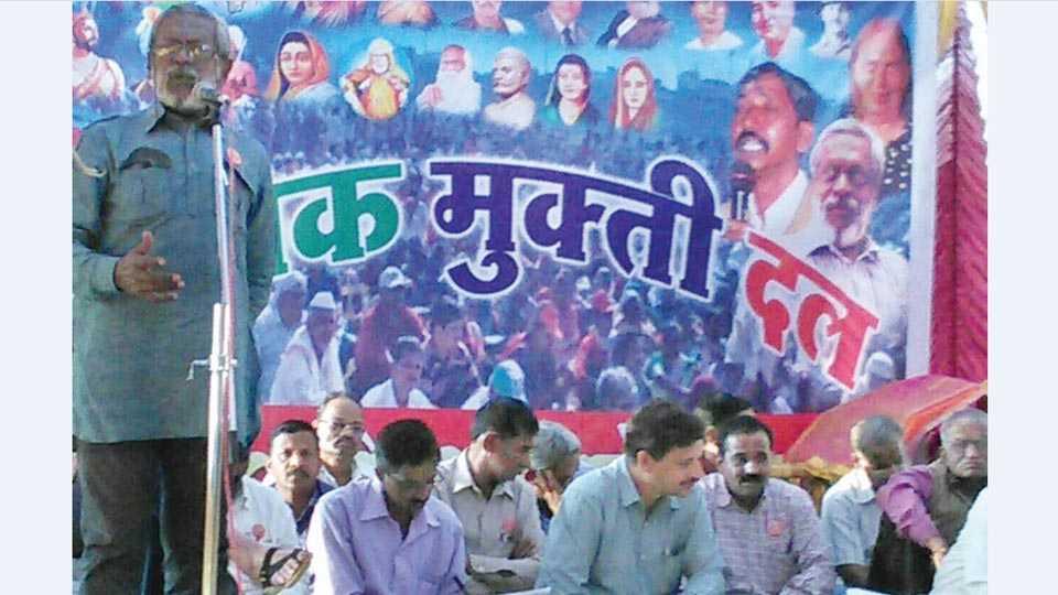 वारणावती (जि. सांगली) -श्रमिक मुक्ती दलाच्या 20व्या राज्य अधिवेशनाचे शनिवारी उद्घाटन झाले. त्या प्रसंगी बोलताना डॉ. भारत पाटणकर.