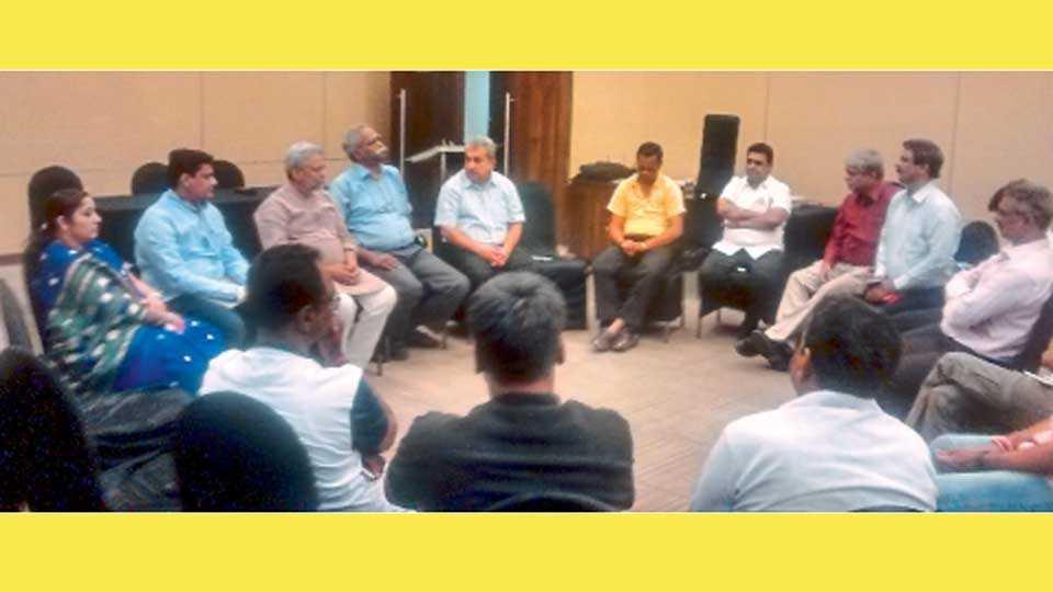 पिंपरी - शहरातील पवना व इंद्रायणी नद्यांच्या स्वच्छतेचे काम करणाऱ्या पर्यावरणप्रेमींच्या बैठकीत बोलताना डॉ. राजेंद्रसिंह.