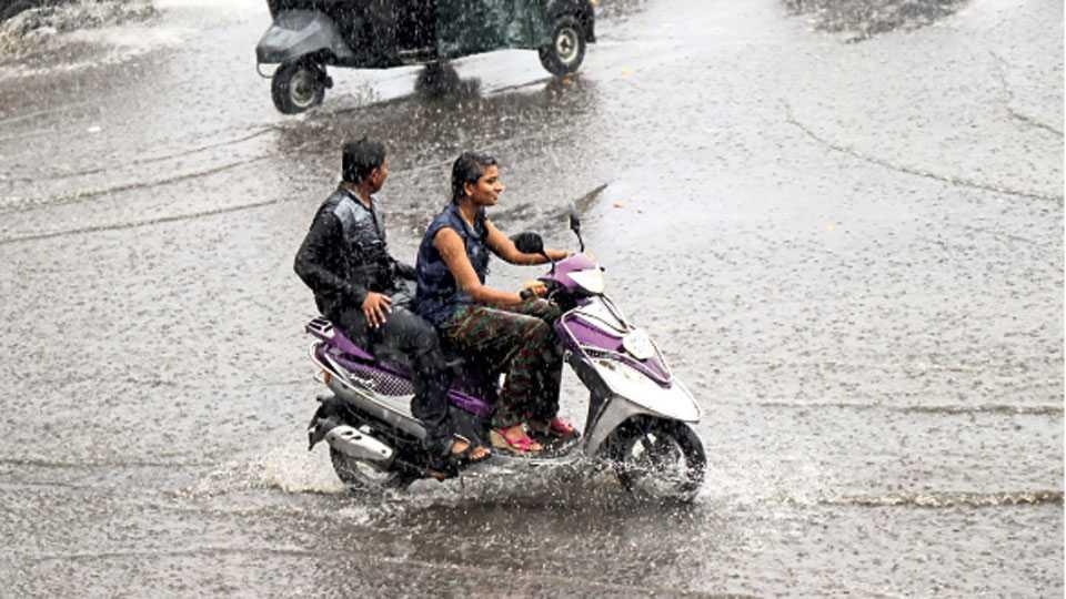 पिंपरी - शहरात सोमवारी झालेल्या पावसानंतर रस्त्यावर साचलेले तळे.