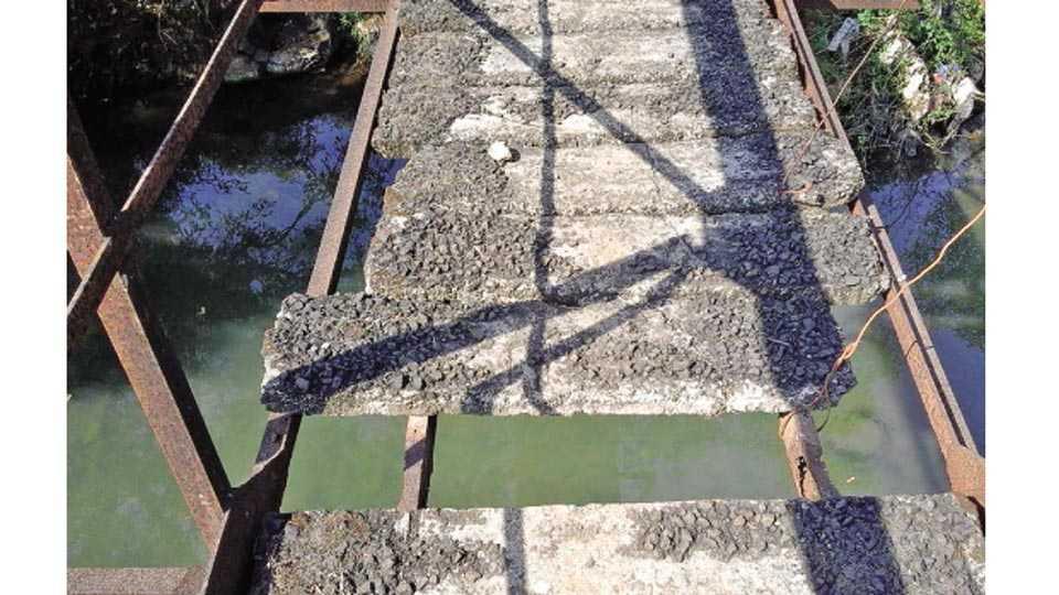 सावर्डे - भुवडवाडी येथील कापशी नदीवरील धोकादायक साकव.
