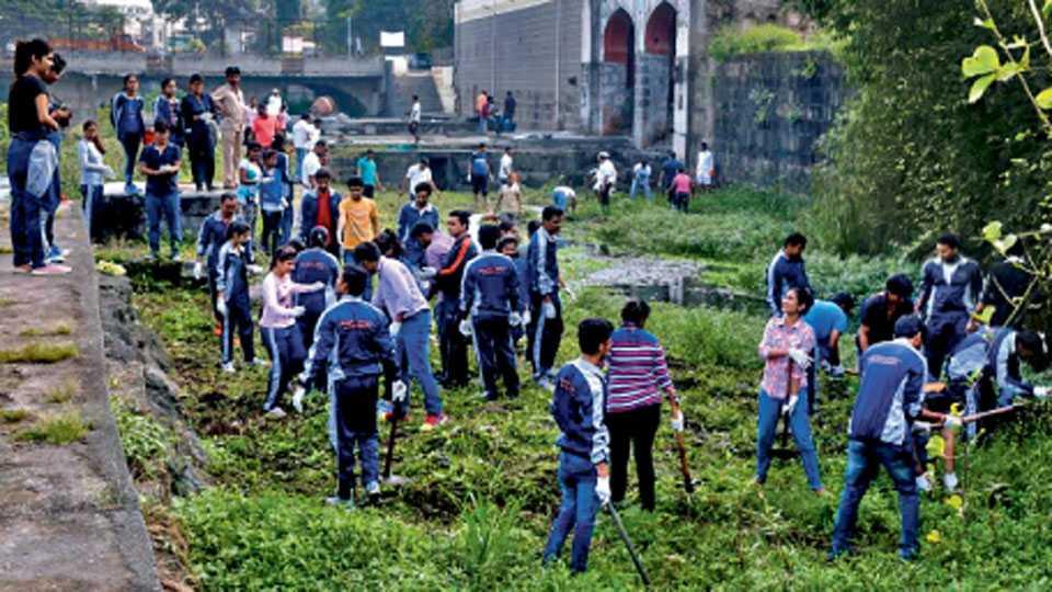 पाषाण (पुणे) - पुष्करणी परिसराची स्वच्छता करताना राम नदी स्वच्छता अभियानातील सदस्य आणि ॲक्मे मॅनेजमेंट कॉलेजचे विद्यार्थी.
