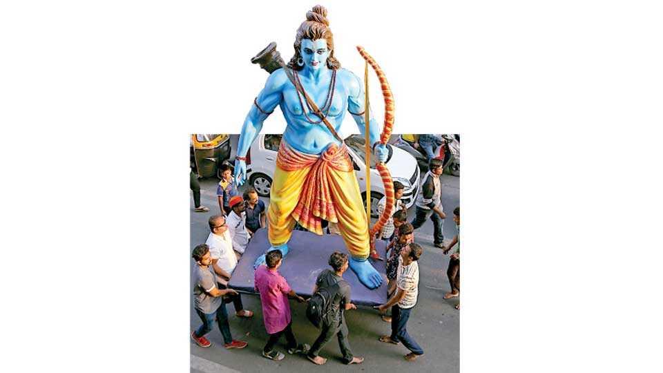 शनिपार चौक - श्रीरामनवमीनिमित्त मिरवणुकीसाठी चौदा फूट उंचीची श्रीरामाची मूर्ती घेऊन जाणारे  अखिल पुणे शहर रामनवमी उत्सव समितीचे कार्यकर्ते.