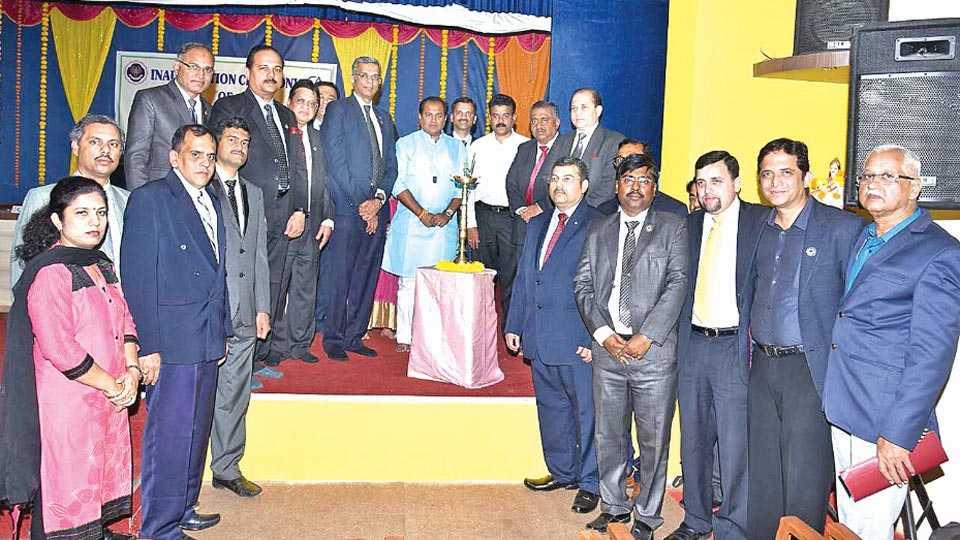 रत्नागिरी - सीए इन्स्टिट्यूटच्या शाखेच्या उद्घाटनप्रसंगी आमदार उदय सामंत, नगराध्यक्ष राहुल पंडित यांच्यासह राष्ट्रीय अध्यक्ष एम. देवराजा रेड्डी व पदाधिकारी.
