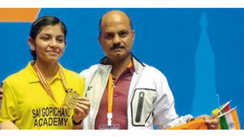 याँगॉन - प्रशिक्षक संजय मिश्रांसह पदक दाखविताना सामिया फरुकी.