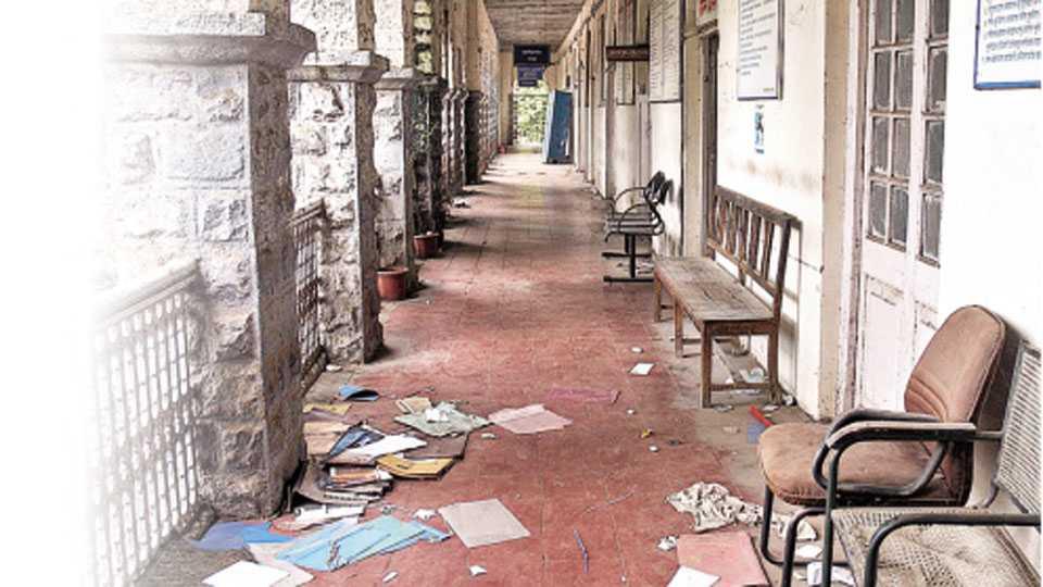 सांगली - जिल्हाधिकारी कार्यालयाचे नूतन इमारतीमध्ये स्थलांतर झाले. मात्र राजवाडा परिसरातील जुन्या इमारतीची हेळसांड झाली आहे. सुनंसुनं झालेल्या या इमारतीमध्ये आता अस्वच्छतेचं साम्राज्य पसरलं आहे.