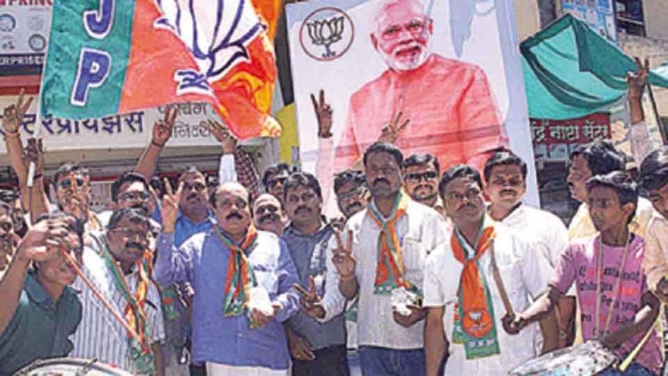 सांगली - पाचपैकी चार राज्यांच्या विधानसभा निवडणुकीत शनिवारी भारतीय जनता पक्षाने घवघवीत यश मिळवल्याबद्दल ढोल-ताशांच्या गजरात विजयोत्सव साजरा करताना भाजपचे कार्यकर्ते.