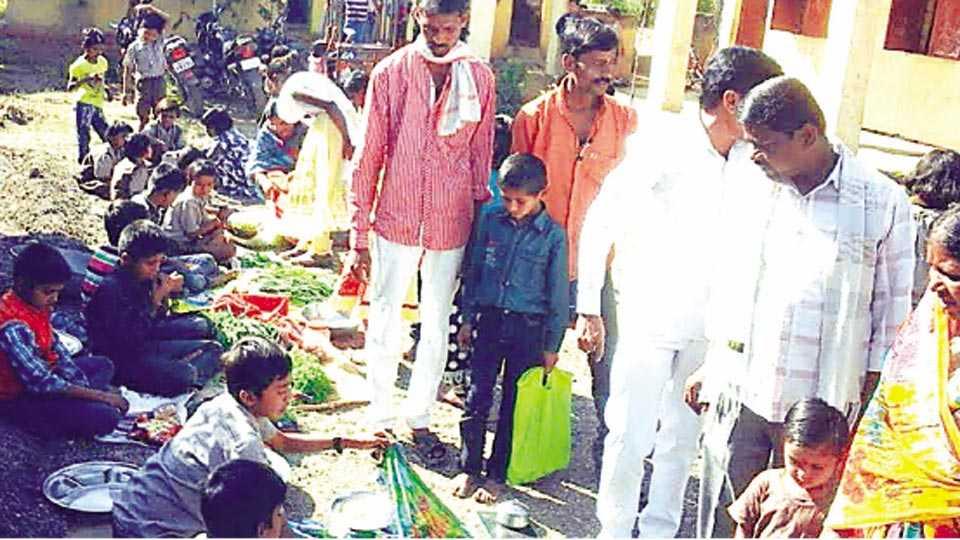 बीड - मन्यारवाडीच्या शाळेत विद्यार्थ्यांनी भरविलेल्या बाजारात ग्रामस्थांनी खरेदी केली.