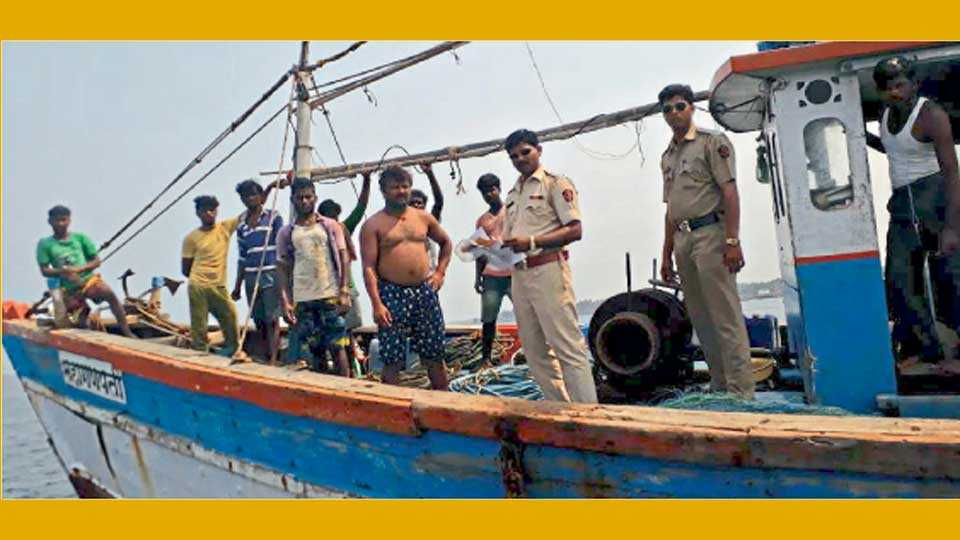 मालवण - सागरी सुरक्षा कवच मोहिमेंतर्गत समुद्रातील नौकांची तपासणी करताना पोलिस अधिकारी, कर्मचारी.