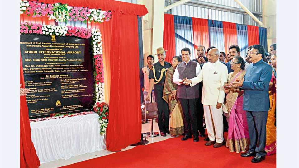 शिर्डी - शिर्डी आंतरराष्ट्रीय विमानतळाचे रविवारी उदघाटन करताना राष्ट्रपती रामनाथ कोंविंद. यावेळी राज्यपाल विद्यासागर राव, मुख्यमंत्री देवेंद्र फडणवीस.