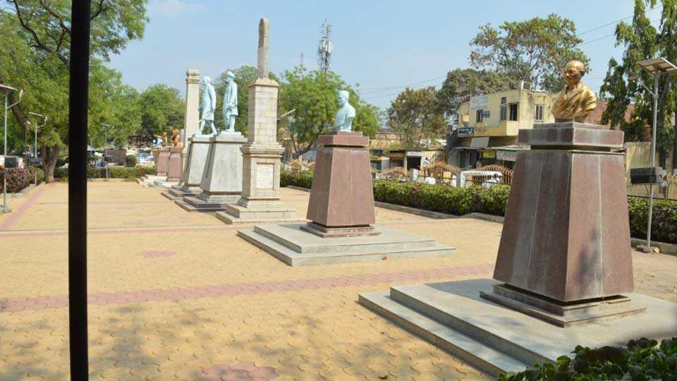 बार्शी - येथील बागेत एकत्रित स्थापन केलेले पुतळे.