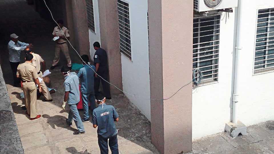 नाशिक - मयत किसन पाटोळे यांच्या मृतदेहाचा बुधवारी पंचनामा करताना भद्रकाली पोलिस.