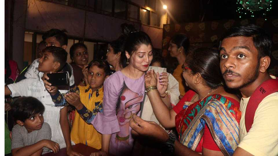 Actress Tejaswini Pandit celebrates birthday with fans