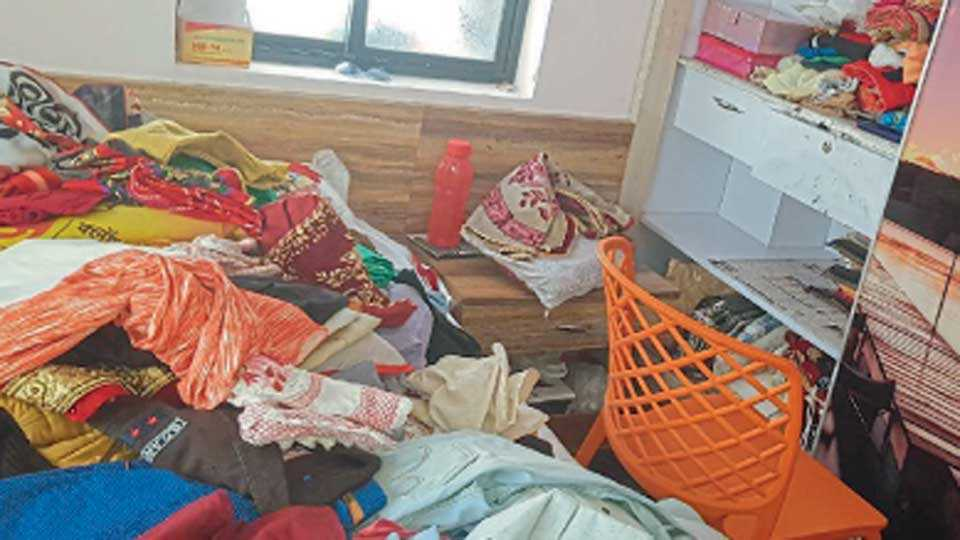 औरंगाबाद - उद्योजक संजय नागरे यांच्या घरी चोरांनी अस्ताव्यस्त केलेले साहित्य.