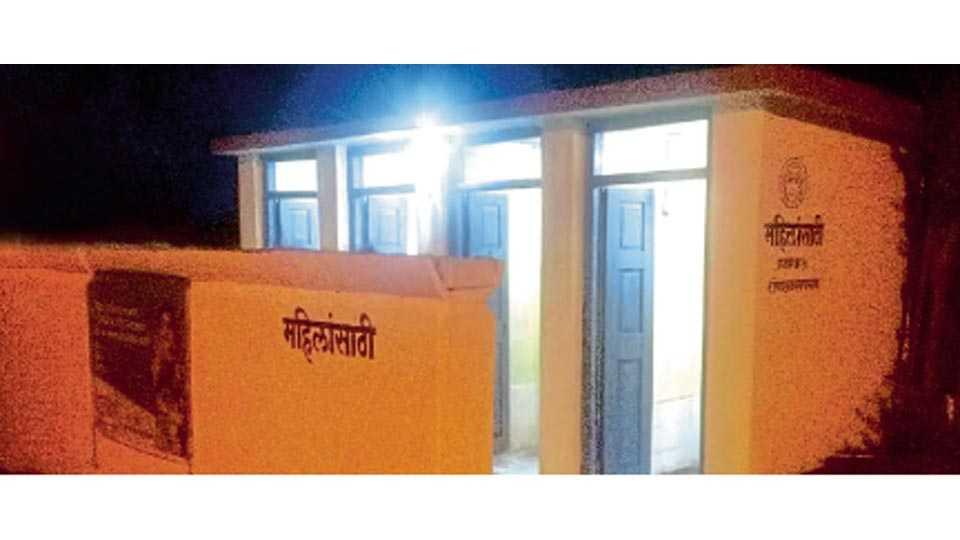 सातारा - चिमणपुरा पेठेतील सार्वजनिक शौचालयांत लोकसहभागातून सौर दिवे बसविण्यात आले आहेत.