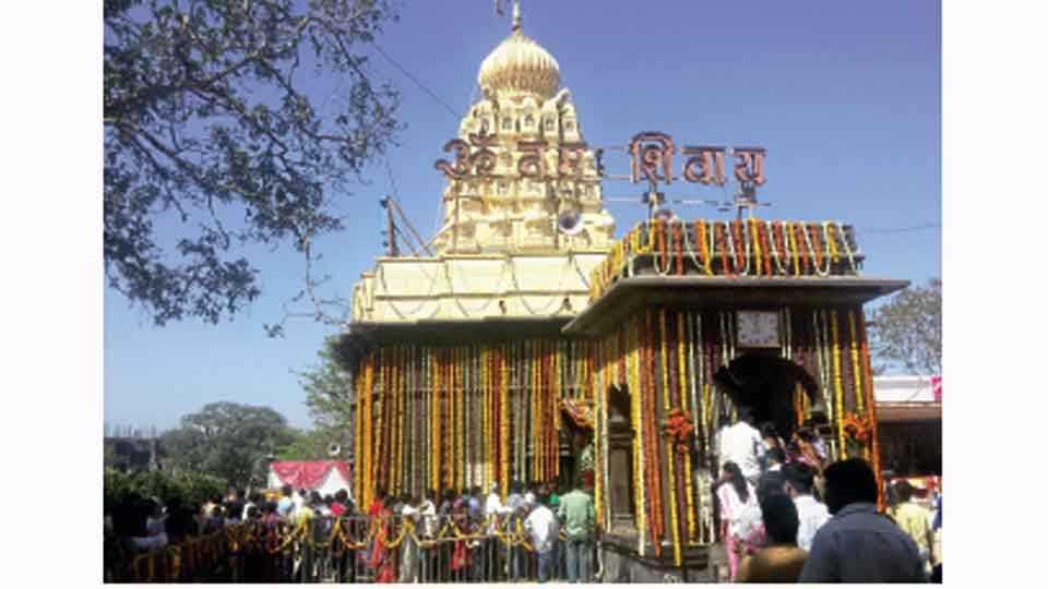 वाघोली - महाशिवरात्रीनिमित्त वाघेश्वर मंदिरात हजारो भाविकांनी दर्शनासाठी केलेली गर्दी व मंदिरावर केलेली सजावट.