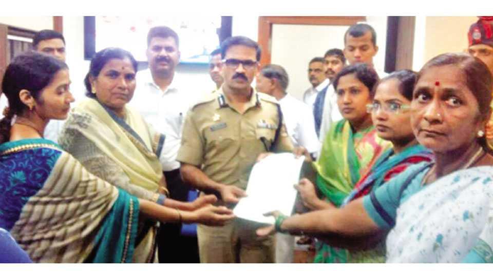 नाशिक - दिंडोरी रोडवरील अमित वाइन दुकानाविरोधात पोलिस आयुक्त डॉ. रवींद्र सिंगल यांना निवेदन देताना आंदोलनकर्त्या महिला.