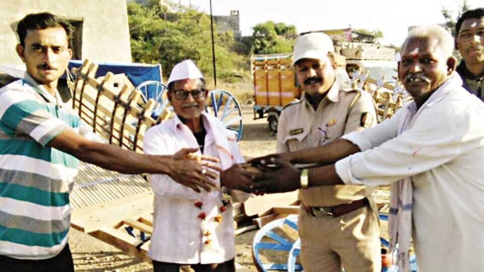 सारंगखेडा (ता. शहादा) - श्री दत्त यात्रोत्सवात बैलगाड्यांची सर्वाधिक विक्री करणाऱ्या सोनगीर येथील ताराचंद लोहार यांचा सत्कार करताना बैलगाडी व्यापारी संघटनेचे कार्यकर्ते.