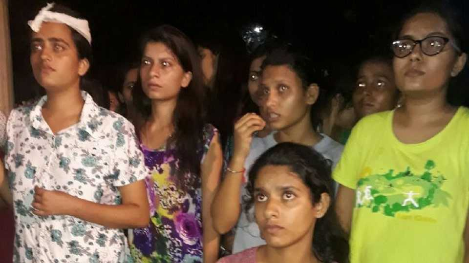 varanasi police lathi charge on bhu girl students