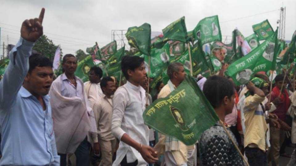 RJD chief Lalu Prasad Yadav leads an anti-BJP rally in Patna under the banner 'BJP bhagao, desh bachao'