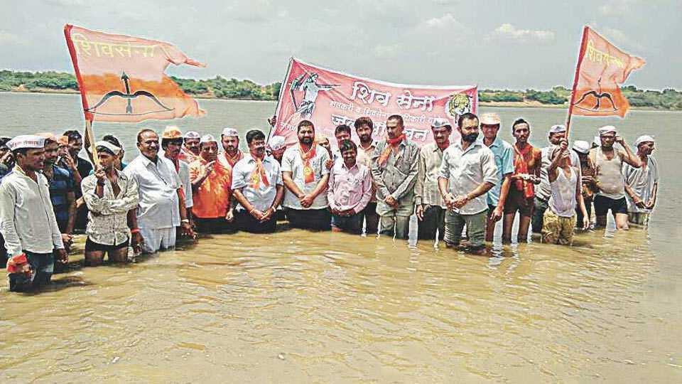 Shiv Sena agitation against BJP on farmers loan waive