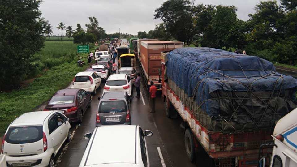 Milk movement agitated on Toll booth; Highway blocked