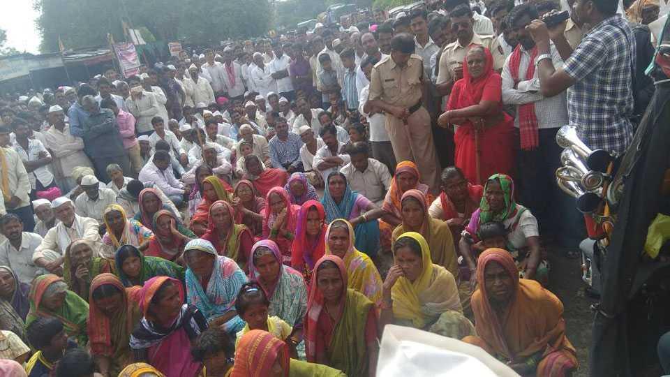 farmers rasts roko on latur-barshi road