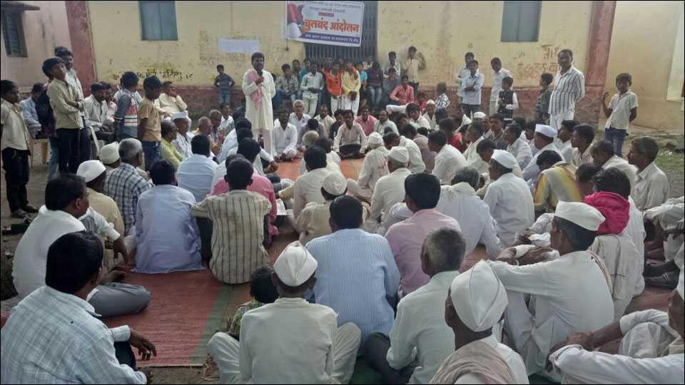 बीडः सरसकट कर्जमाफीसाठी खरात आडगांवमध्ये चुलबंद आंदोलन