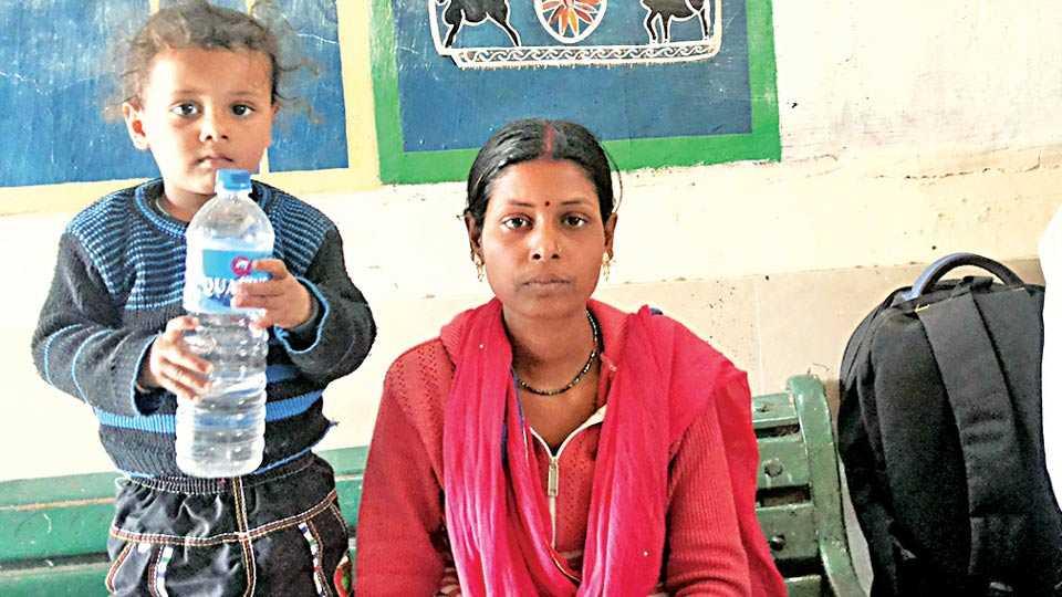 नांदगाव : रेल्वेस्थानकात लहानग्यासह मीरादेवी