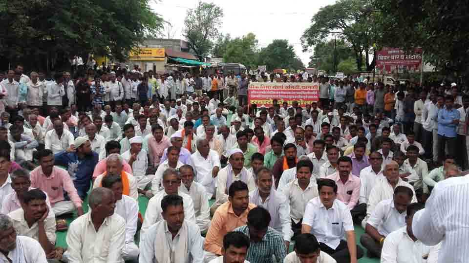 Parbhani farmers comes on the streets agitation at 11 places