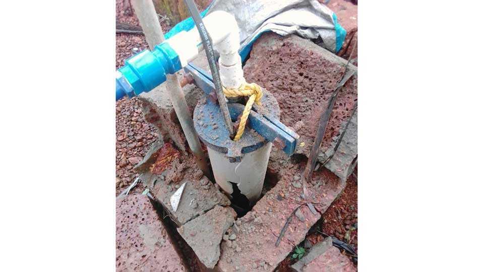 पावस (ता. रत्नागिरी) - मेर्वी खालची म्हादयेवाडी येथे वीज पडून विंधन विहिरीचे झालेले नुकसान.