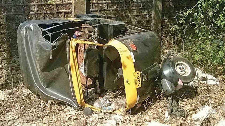 कारिवडे - कचरा डेपो येथे झालेल्या अपघातातील रिक्षा.