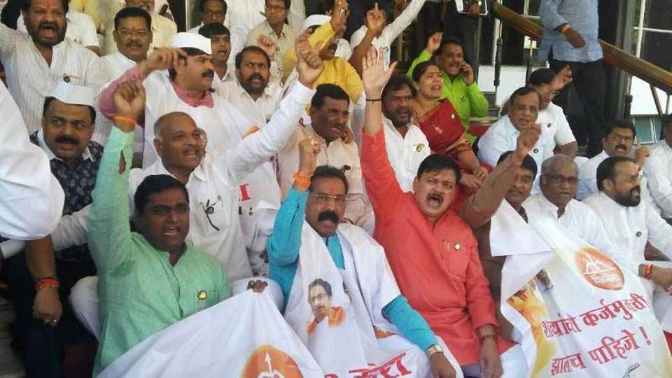 shivsena bjp MLAs protest for farmer loan waiver