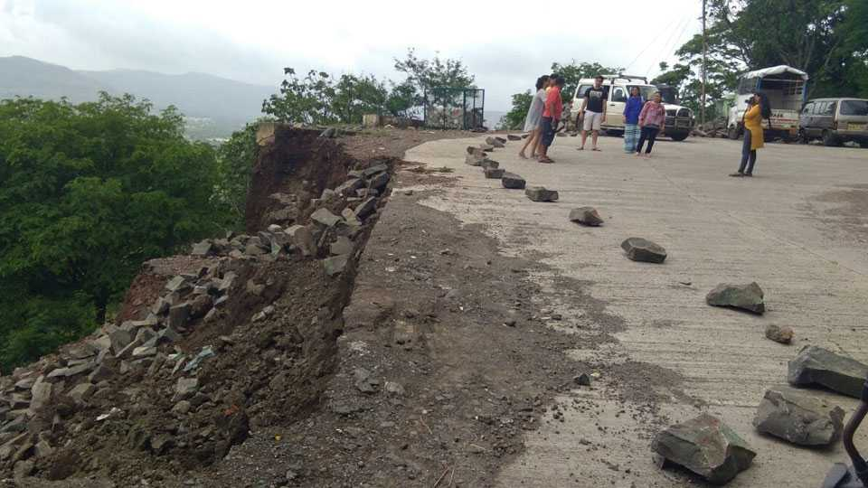 wall collapse in Shivneri Fort