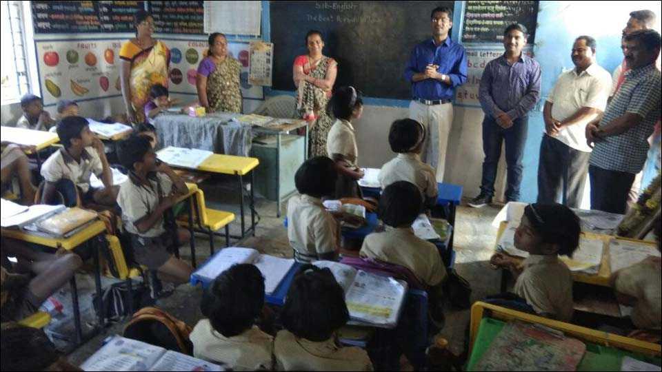 कवठे येमाई (ता. शिरूर) येथील जिल्हा परीषद प्राथमिक शाळेत विद्यार्थ्यांशी गप्पा मारताना भारत सरकार मंत्रालयातील माहिती व प्रसारण विभागाचे अप्पर सचीव (परीविक्षीत अधिकारी) डॅा. अभिजीत इचके.