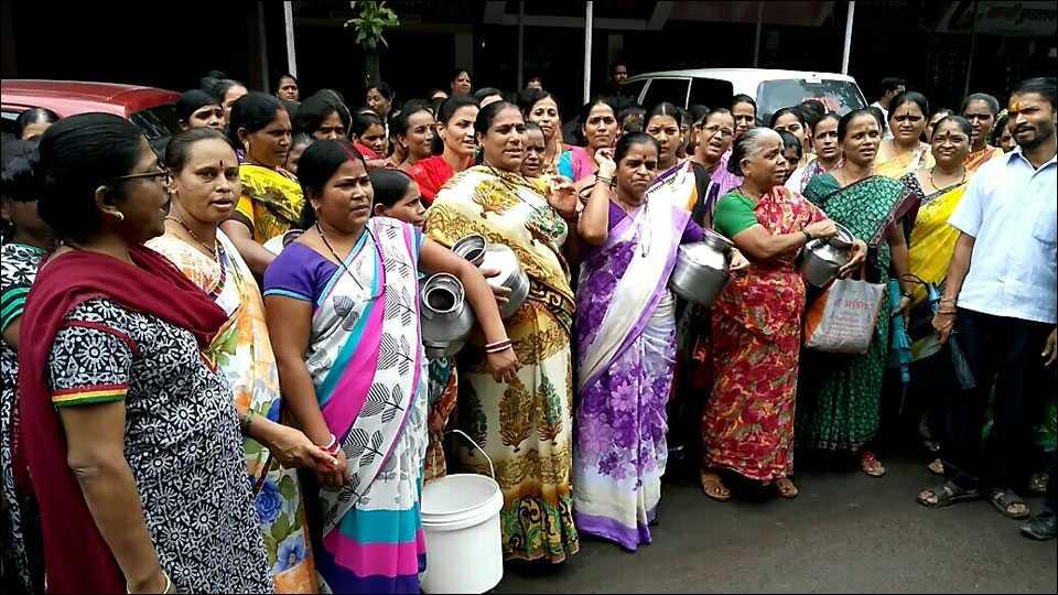 डोंबिवलीः कळशी आणि बादली घेऊन महिला रस्त्यावर