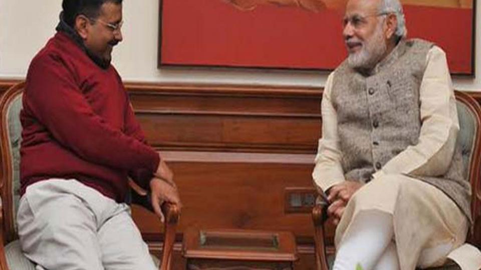 पंतप्रधान नरेंद्र मोदी आणि दिल्लीचे मुख्यमंत्री अरविंद केजरीवाल चर्चा करताना. (संग्रहित छायाचित्र)