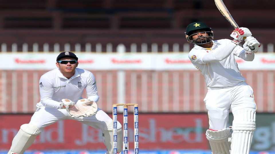 इंग्लंडविरुद्ध पाकिस्तानला आघाडी