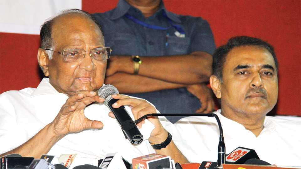नागपूर - पत्रकारांशी वार्तालाप करताना राष्ट्रवादी काँग्रेसचे अध्यक्ष शरद पवार. शेजारी माजी केंद्रीय मंत्री प्रफुल्ल पटेल.