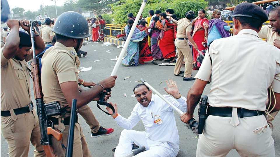 औरंगाबाद - आंदोलनकर्त्यांवर लाठीमार करताना पोलिस.