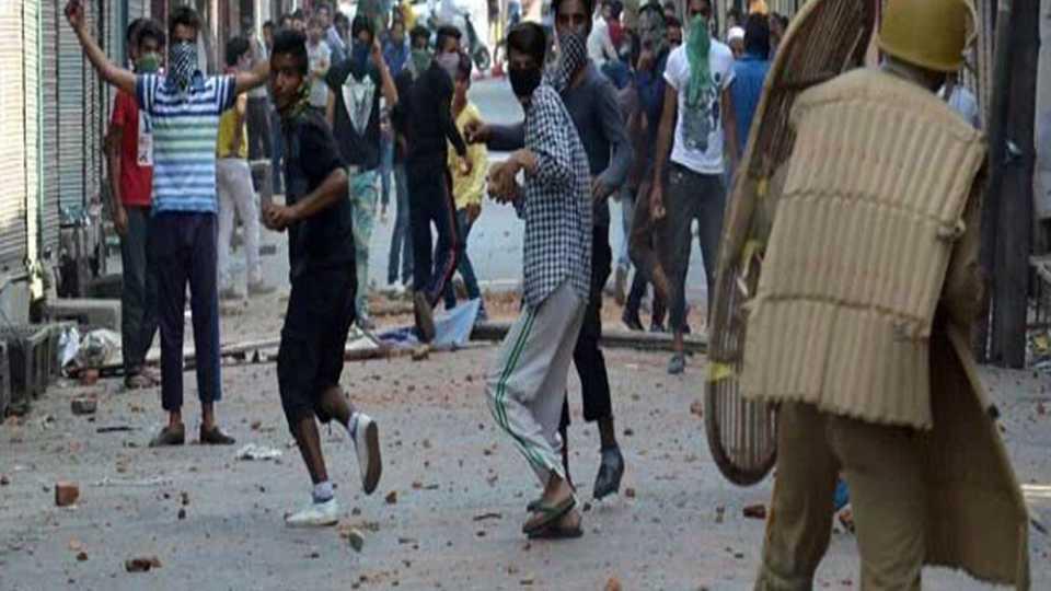काश्मीरमध्ये आंदोलकांनी फोडले जवानाचे डोळे