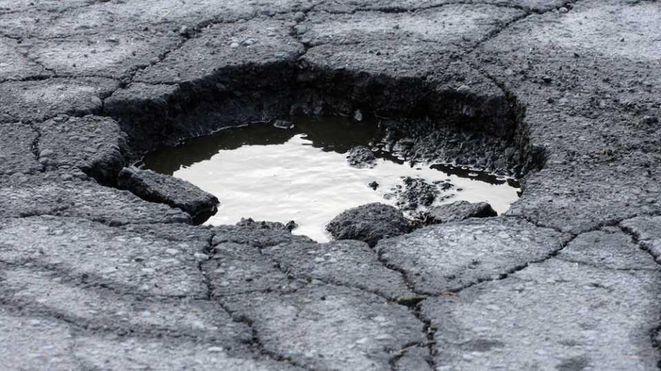 मिरज-सलगरे रस्त्याला नऊ कोटींचा खड्डा