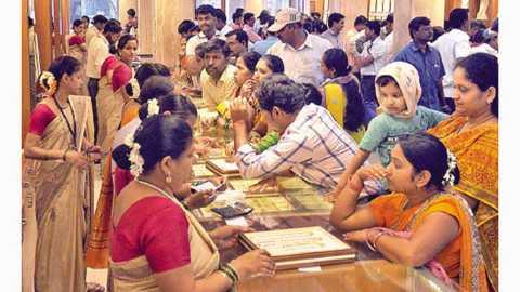 सांगली - पीएनजी सराफ पेढीत मंगळवारी पाडव्यानिमित्त खरेदीसाठी झालेली गर्दी.