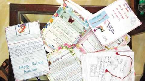 चिपळूण - जवानांसाठी शालेय विद्यार्थिनींनी तयार केलेल्या राख्या व संदेश पत्रे.
