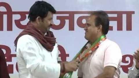 Delhi: AAP MLA Ved Prakash joins BJP, to resign from assembly