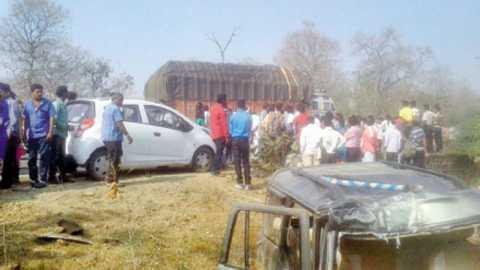 यवतमाळ - घटनास्थळी झालेली गर्दी व चुराडा झालेले स्कॉर्पिओ वाहन.