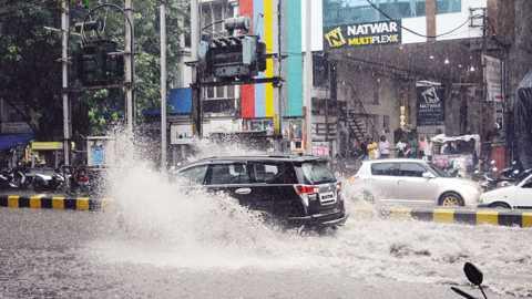 जळगाव - दोन दिवसांपासून शहरात तुरळक बरसणाऱ्या पावसाने रविवारी दुपारी चारच्या सुमारास जोरदार हजेरी लावली. त्यामुळे पावसातून वाट काढताना वाहनधारक.