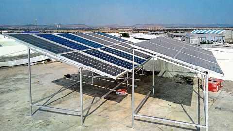 विटा - येथील आदर्श पॉलिटेक्निकच्या विद्यार्थ्यानी बनविलेला सौर ऊर्जेवर चालणारा प्रकल्प.